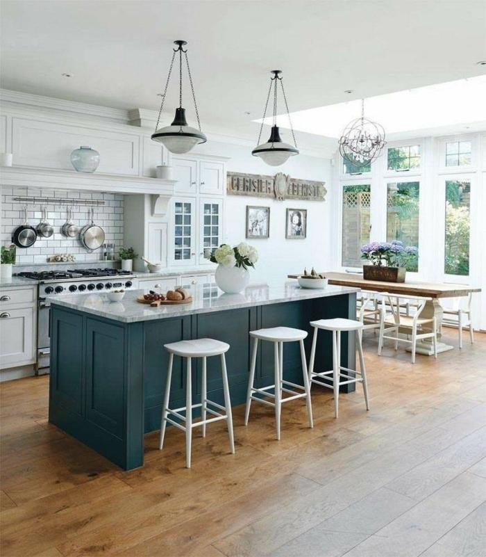 Inneneinrichtung von großer Küche, Kücheninsel klein, blau mit weißer Theke und Esszone, weiße Backstein Fliesen,