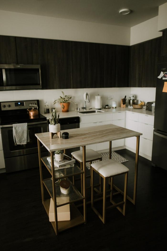 kleine Küche in schwarz und weiß, Kücheninsel klein mit Stühlen, eingebauter Ofen und Mikrowelle, Minimalistische Einrichtung