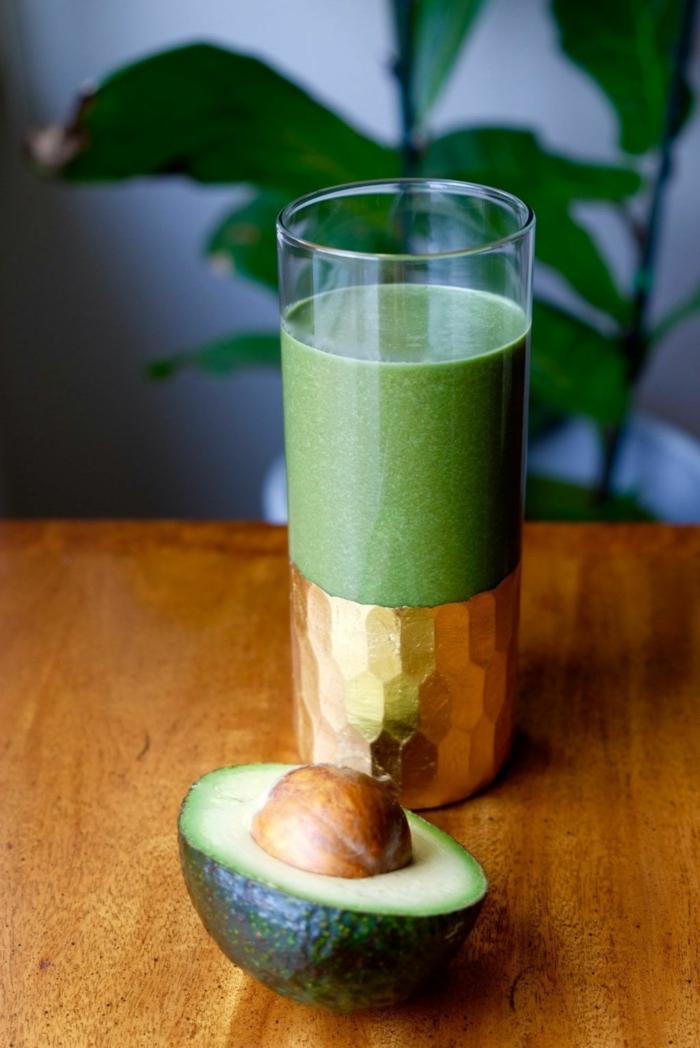 detox smoothie rezepte avocado datteln blattsalat spinat honig spirulina kokosnssöl