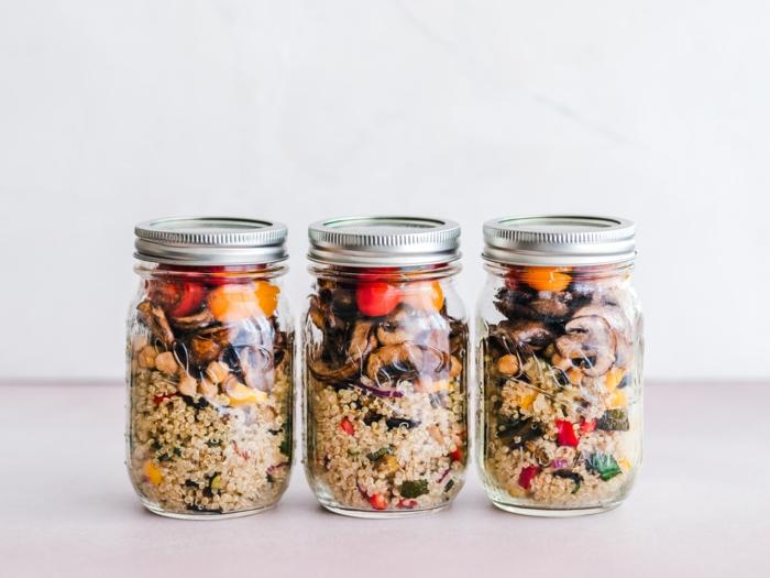 tipps für veganer, vegane proteine, drei gläser mit quinoa, die besten proteinquellen