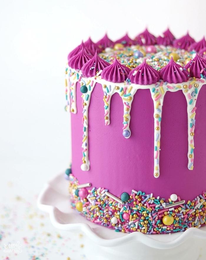drip cake rosa, leckerer geburtstagskuchen mit schokoboden, weiße schokolade, lila buttercreme