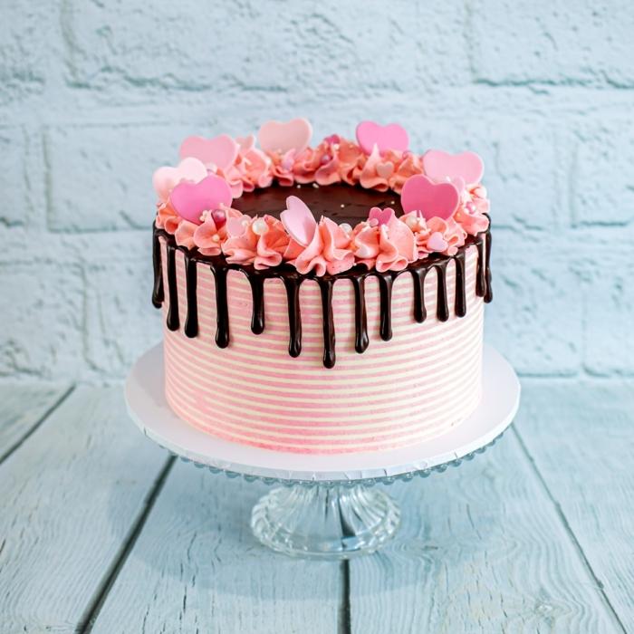 torten ideen, drip cake rosa, geburtstagskuchen dekoreiren, herzen aus fondant, rbuttercreme