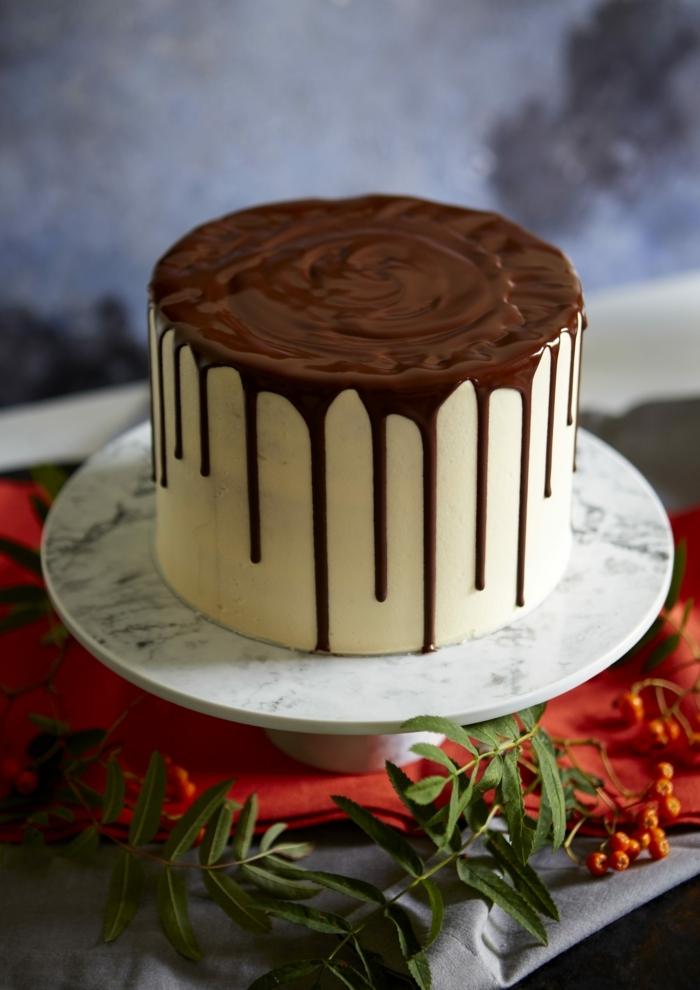 torte mit schokoboden und vanillecreme, drip cake schoko, schokoladenganache