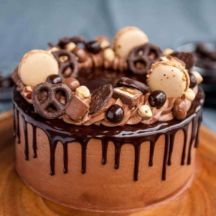 drip cake schoko, leckere shcokoladentorte mit süßigkeiten, schokokuchen
