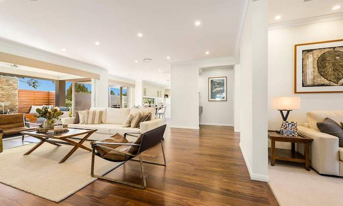 ein dielenboden im wohnzimmer eine lampe tisch und stühle die vorteile von dielenböden