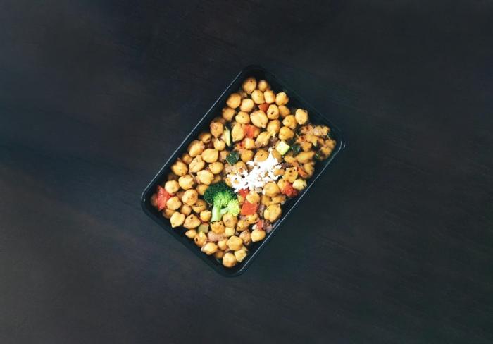 ein salat mit kirchenerbsen und roten tomaten, die besten pflanzlichen eiweißlieferanten für veganer, vegane proteine