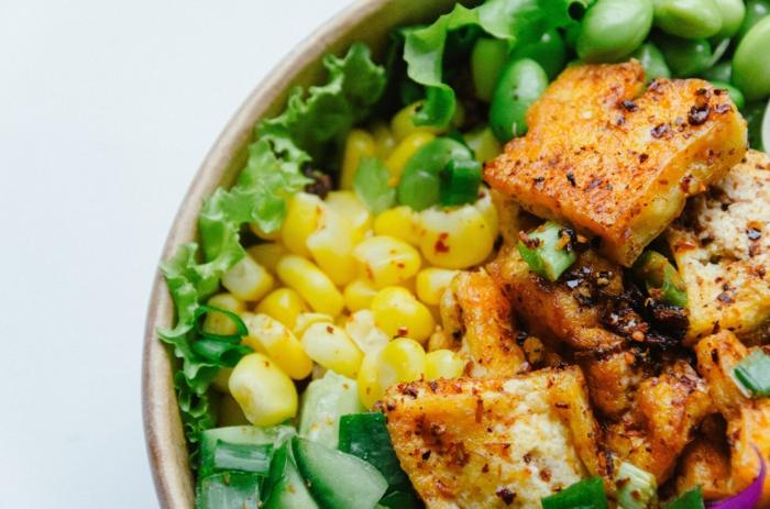 salat mit tofu und eis, liste mit pflanzlichen proteinquellen. vegane proteine, sport treiben tipps