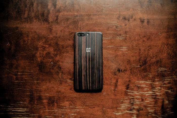 das handy richtig schützen tipps, ein smartphone mit einer braunen handyhülle