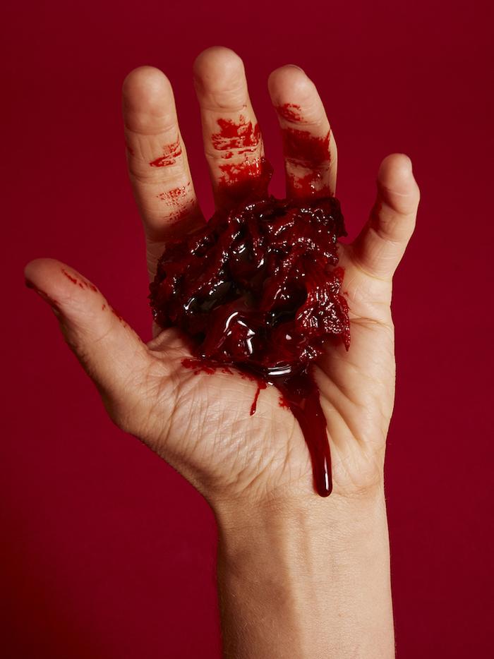 eine diy anleitung wie sie kunstblut selber machen eine hand mit einem gemisch aus papier und kunstblut eingeweide für halloween