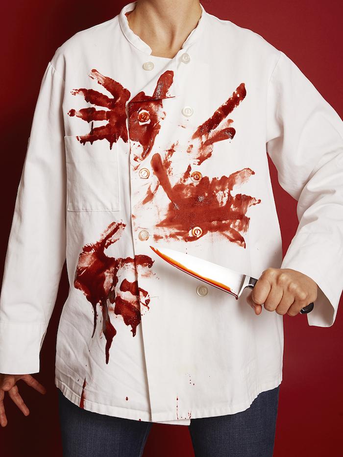 eine frau mit eine halloween kostüm mit einem weißen hemd mit kunstblut eine hand mit messer auswaschbares kunstblut selber machen rezept