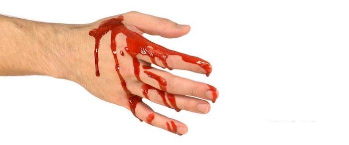 eine hand mit kunstblut eine diy anleitung wie man halloween kunstblut selber machen kann hausmittel