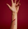 eine hand mit rotem kunstblut aus kakao und roter lebensmittelfarbe eine diy anleitung wie sie auswaschbares kunstblut selber machen
