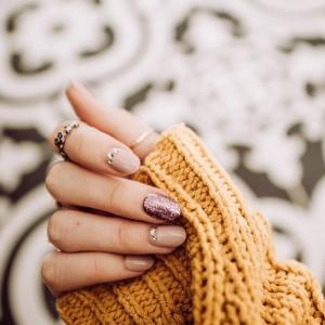 elegante und schlichte maniküre in nude farbe gelnägel entfernen hausmittel diy gelber pullover