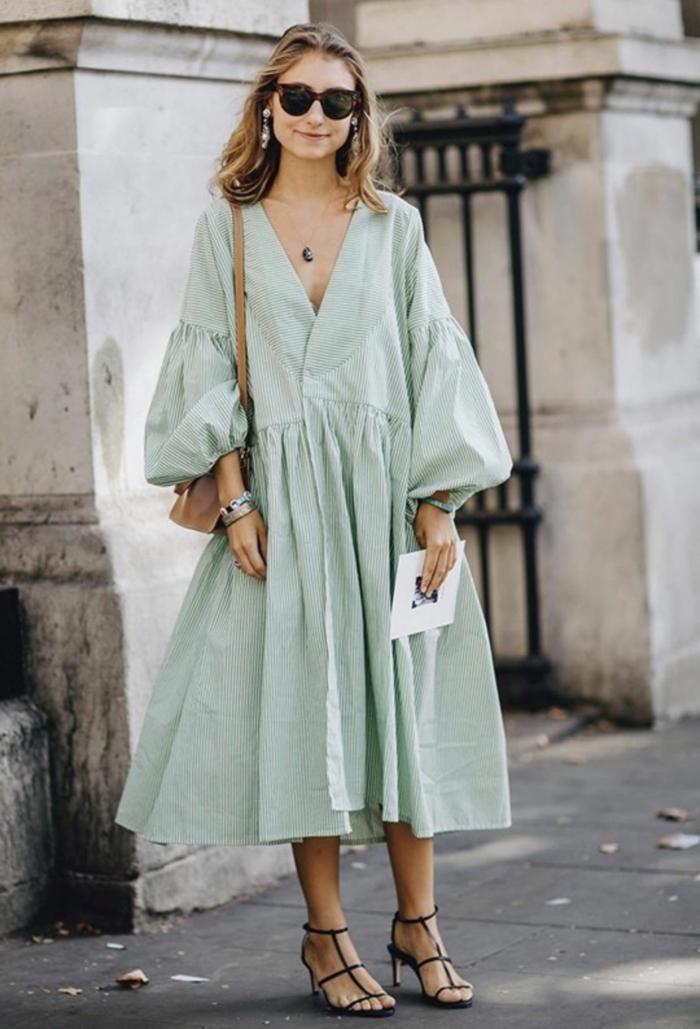 eleganter und legerer street style weites blassgrünes kleid v ausschnitt sommerkleider 2020 trend high heels schwarz