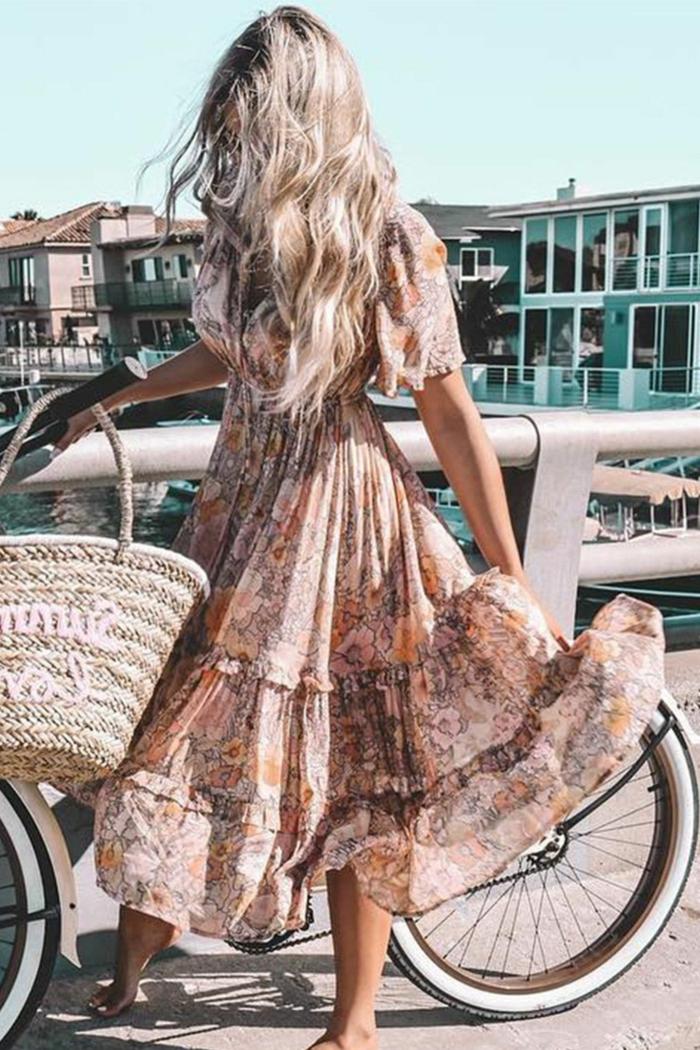 elegantes langes sommerkleid große stroh tasche frau mit langen blonden haaren strandkleider 2020