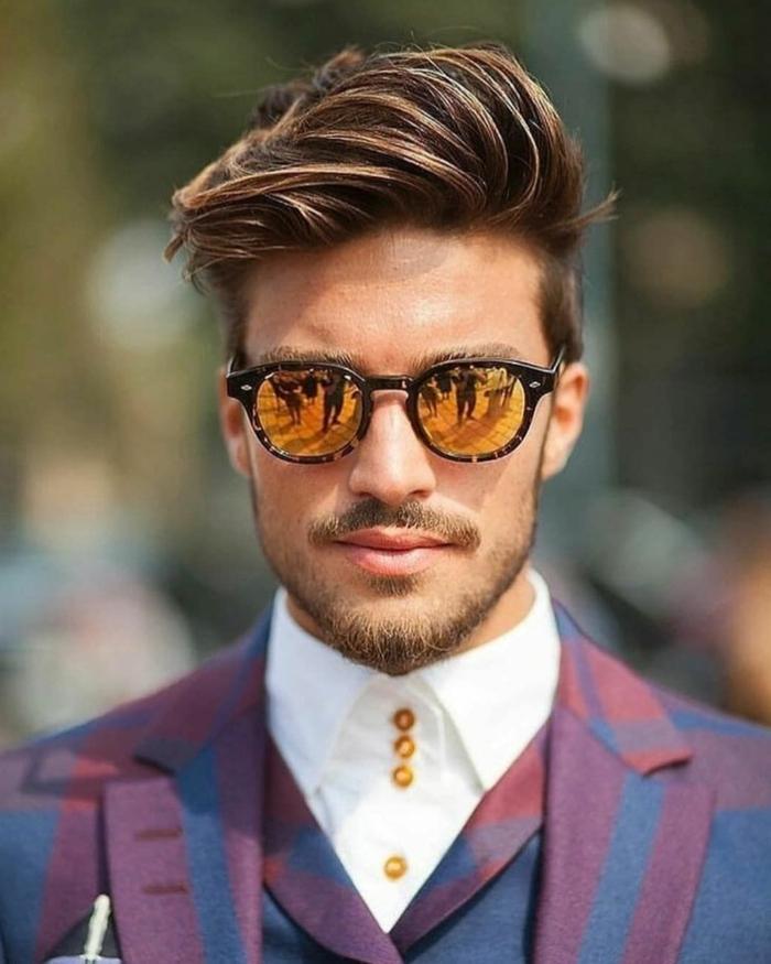 elegant angezogener Mann in einem burgundrot blauen Anzug und weißem Hemd, modische Männer Frisuren 2020, coole Sonnenbrillen,, Undercut Haarschnitt