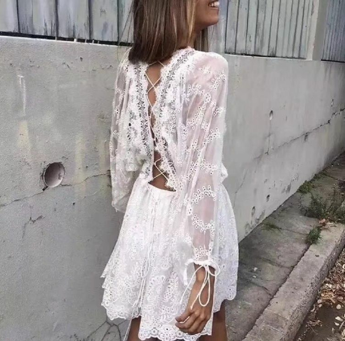 elegantes weißes kleid spitze knielang dunkelblonde frau inspo street style casual chic