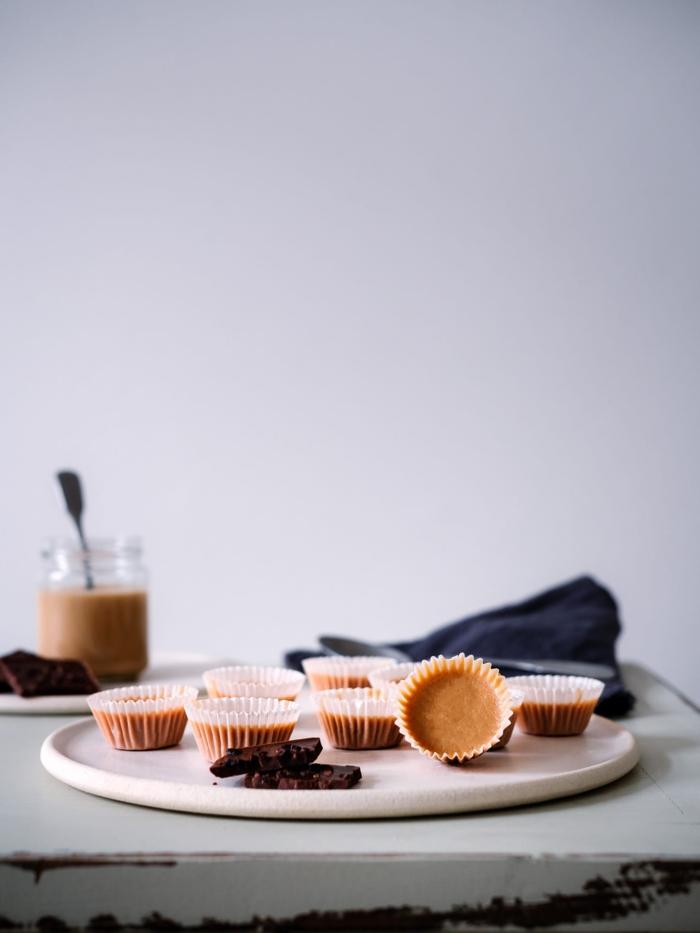 erdnussbutter cups mit schokolade und himbeere paleo ernährung rezepte ideen für leckere desserts