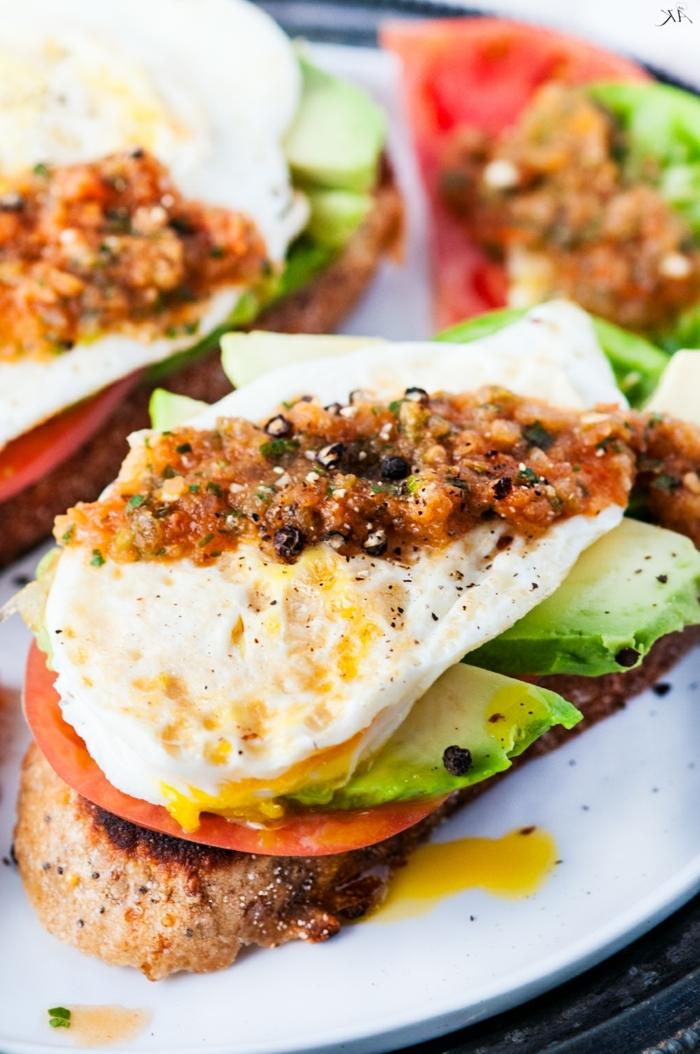 ernährungsplan für schwangere damen toast mit avocado ei und tomaten gesund frühstücken