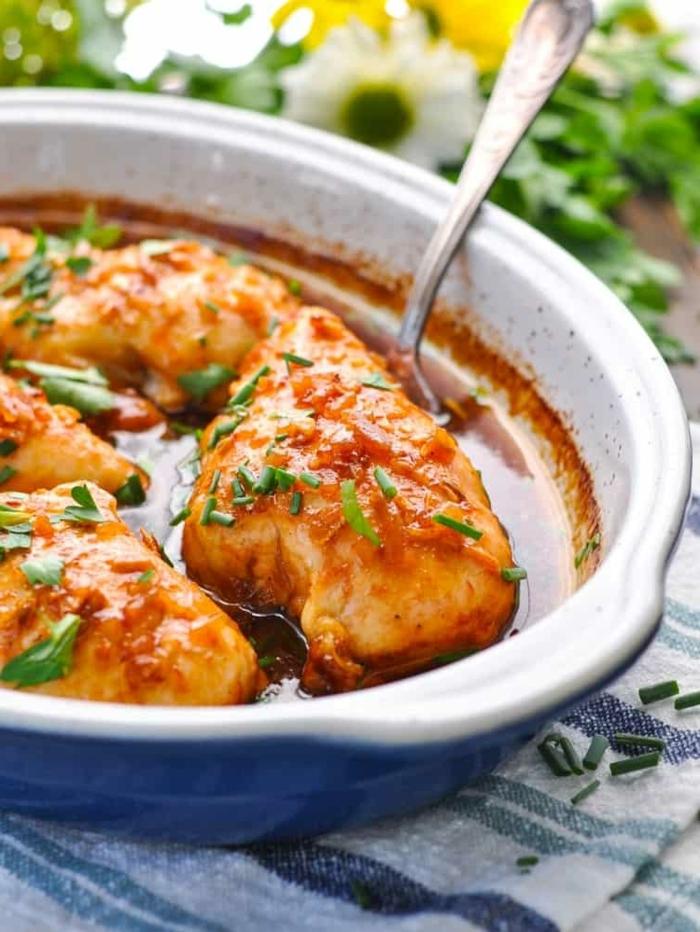 ernährungsplan für schwangere gesundes abendessen hänchenbrust mit tomatensoße und käutern