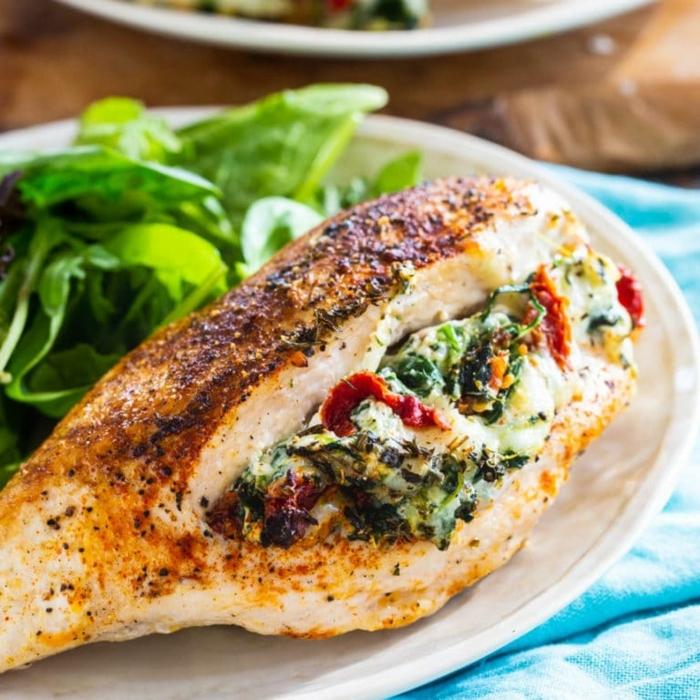 essen für schwangere hänchenbrust mit spinat mozzarella tomate und kräutern