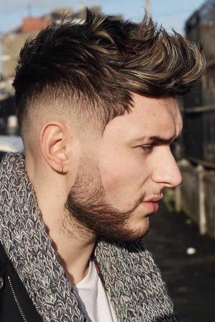 Undercut Frisuren Männer, längeres Haar im oberen Teil des Kopfs, kurzer Bart, Street Style Fotografie,