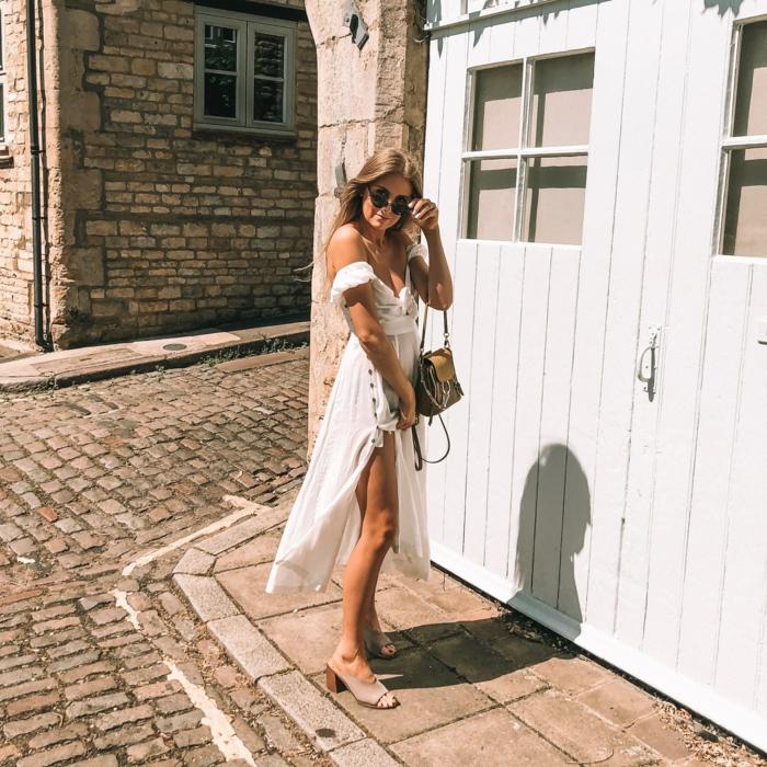 free people sommerkleider 2020 trend sommerkleid weiß lang lässiger style kleine tasche blonde elegante frau