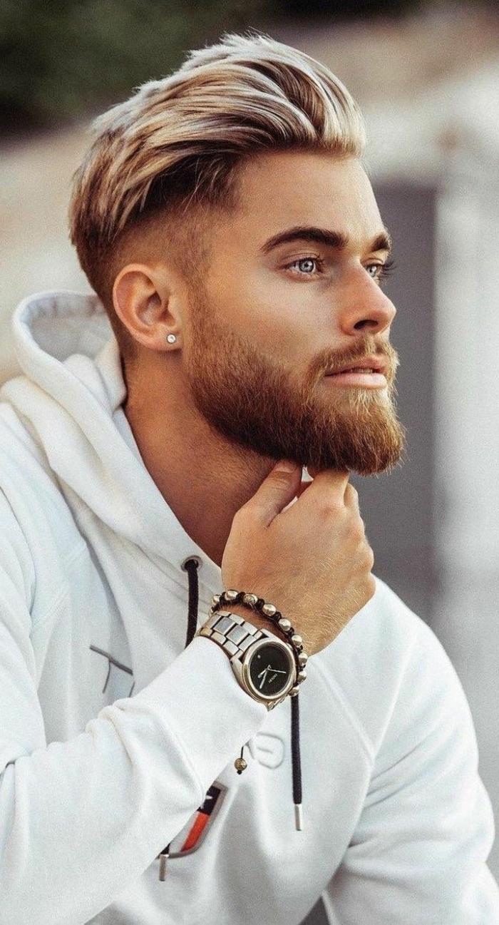 Männerfrisuren 2020 kurz, hellblonde Haare mit Undercut Haarschnitt, weißes sweatshirt, elegante Armbanduhr