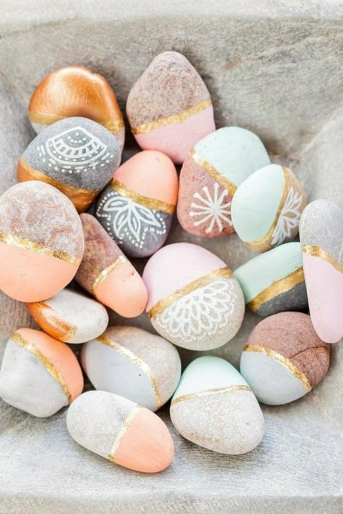 gartendeko selbstgemach bemalte steine in verschidene farben und muster kreative dekoration für den garten