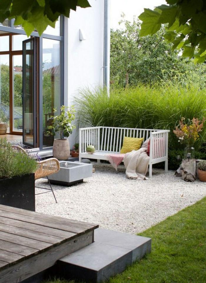 garteneinrichtung modern steinbeet anlegen deko ideen mit steinen im garten schlichtes sofa bunte kissen grüne pflanzen