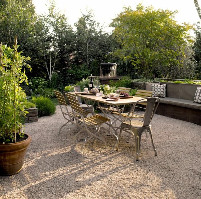 gartengestaltung beispiele und bilder großer gartentisch mit stühlen grüne pflanzen und bäume großes sofa