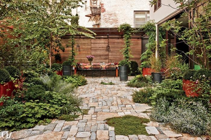 gartengestaltung bilder mit sitzgelegeneheit und vielen grünen pflanzen deko ideen mit steinen im garten sichschutz