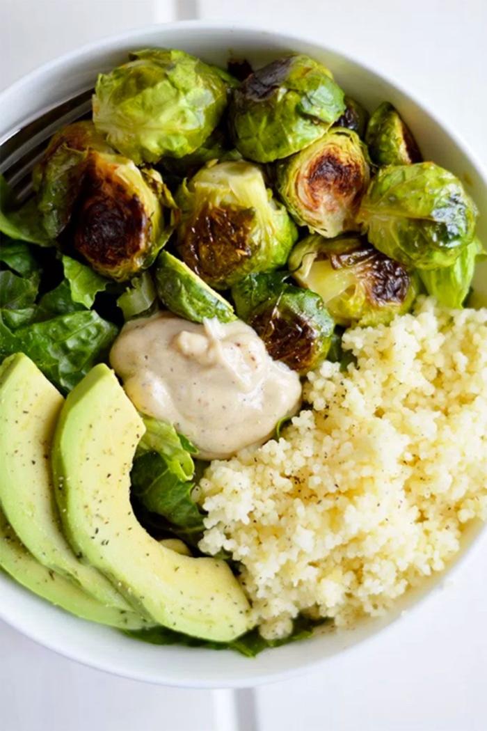 gebratener rosenkohl und couscous salat mit avocado gemüse paleo ernährungsplan ausgewogene ernährung