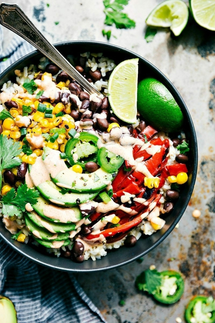 gerichte für schwangere damen healthy bowl avocado bohnen tomaten mais votaminreiche rezepte