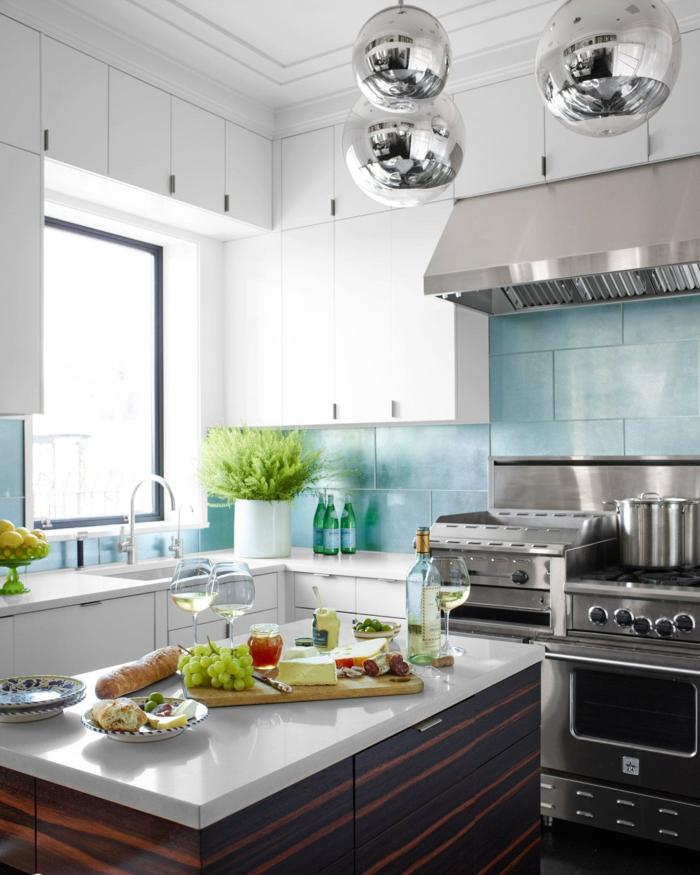 Küchen Ideen Bilder mit Kücheninsel, blaue Fliesen und weiße Schränke, Theke mit ausgestellte Käseplatte und Gläser Wein