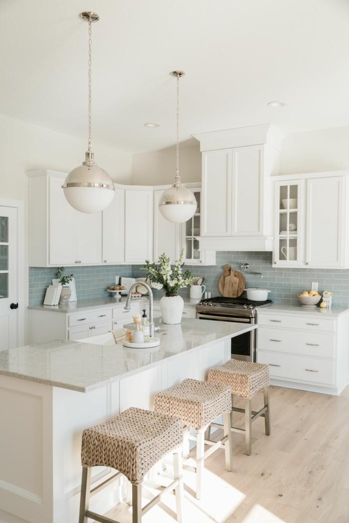 Küchen Ideen modern mit Kochinsel, minimalistische Einrichtung in weiß, gestrickte beige Stühle , hellgrüne Fliesen