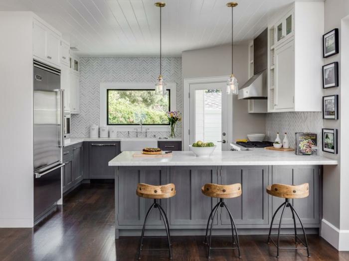 Küchenschränke in grau und weiß, große Küche mit Fenster, Küchen Ideen Bilder mit Insel, Fotos an der Wand