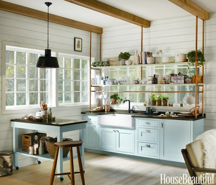 wunderschöne Idee für Küchen mit Kochinsel, Ikea Kücheninsel, Schränke in hellblauer Farbe, vier große Fenster