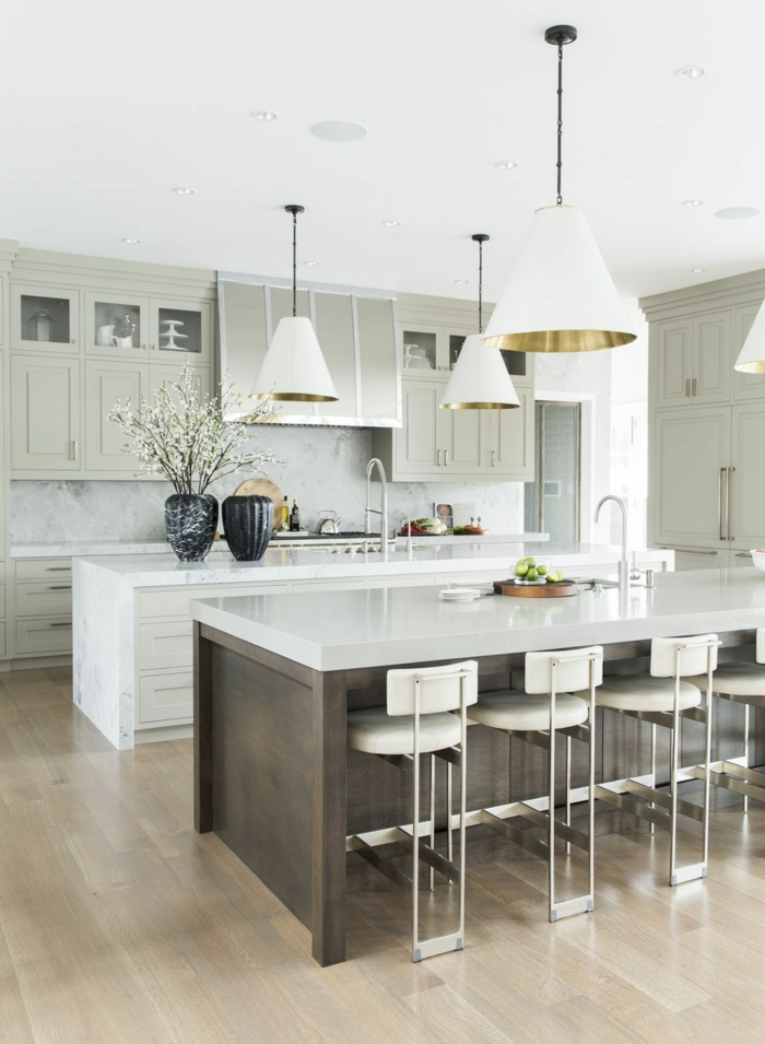 Ideen von Inneneinrichtung von Küchen mit Kochinsel, Kücheninsel mit Sitzgelegenheit, luxuriöse Gestaltung in weiß