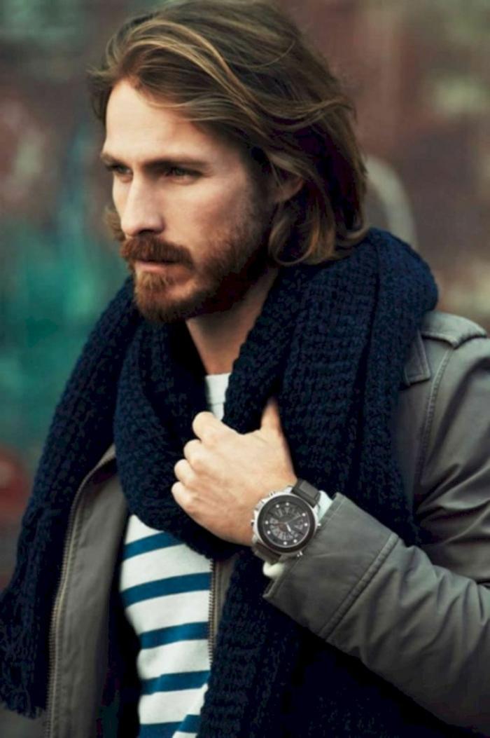 Mittellange Haare Frisur 2020, hellbraune Haare mit dunkelblonden Strähnen, Casual Style Outfit, blau weiße Bluse