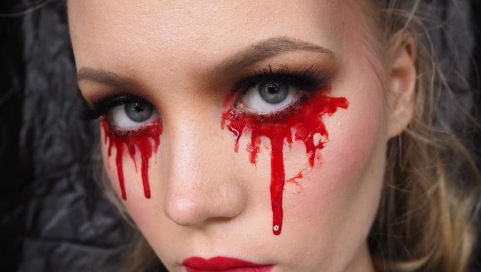 halloween make up, eine frau mit roten blutigen tränen, anleitung wie soe mit hausmitteln kunstblut selbst machen können
