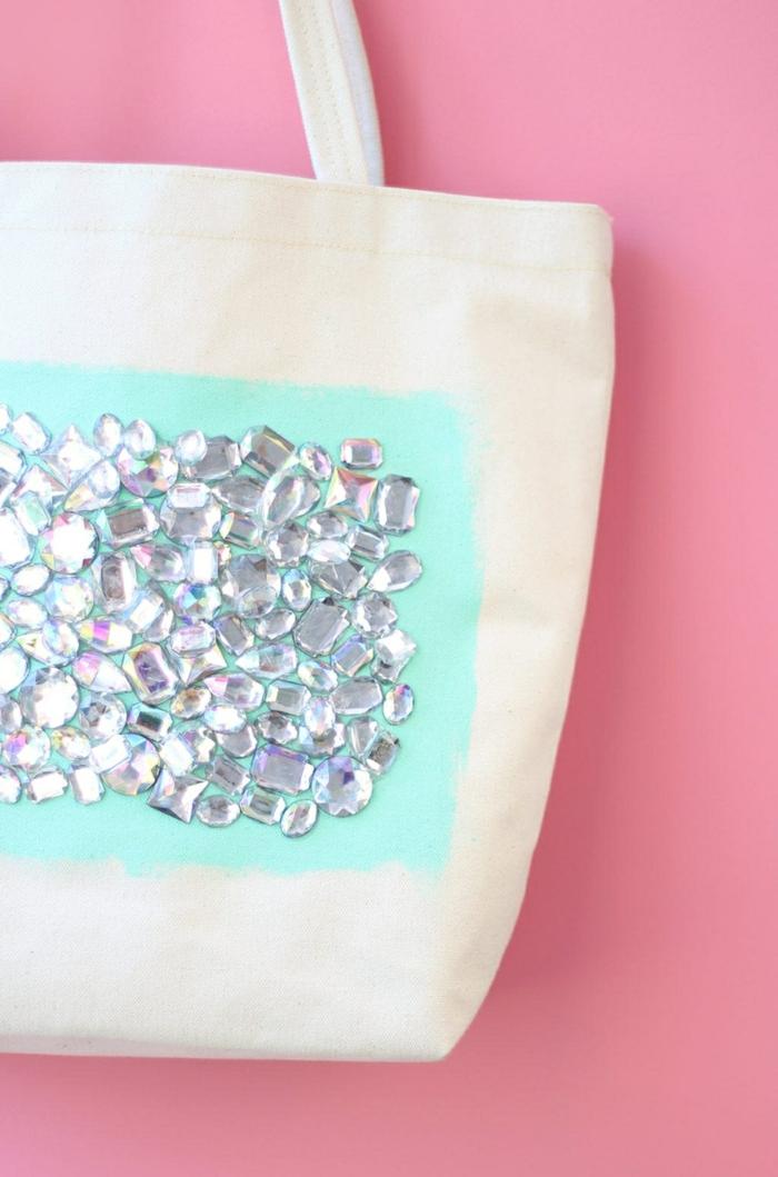 handtasche selber nähen und dekorieren weiße tasche silberne strasssteinchen