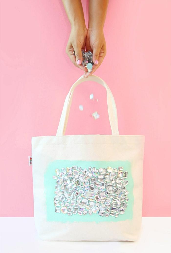 handtasche selber nähen und dekroeiren zutorial weiße tasche dekroiert mit strass