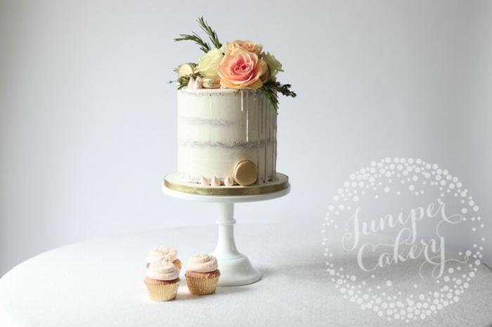 hochzeitstorte ohne überzug, drip cake mit vanille creme, tortendeko mit blumen