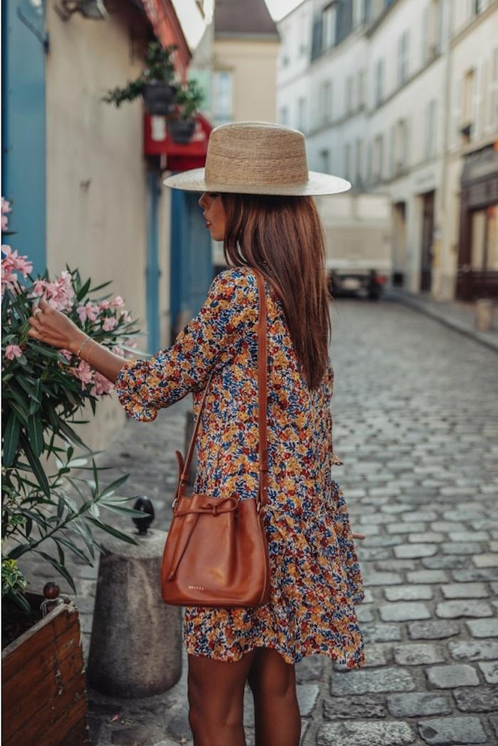 ideen und inspiration sommer urlaub outfits kurzes kleid mit blumen muster strohhut sommerkleid damen kleine tasche blumenkleid