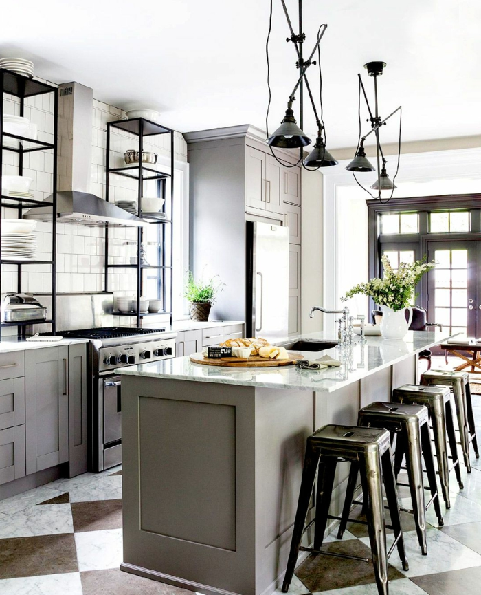 Moderne Küchen mit Insel und Schränke in grau, schwarze Lampen und Stühle, offene Regale mit Tellern und Tassen
