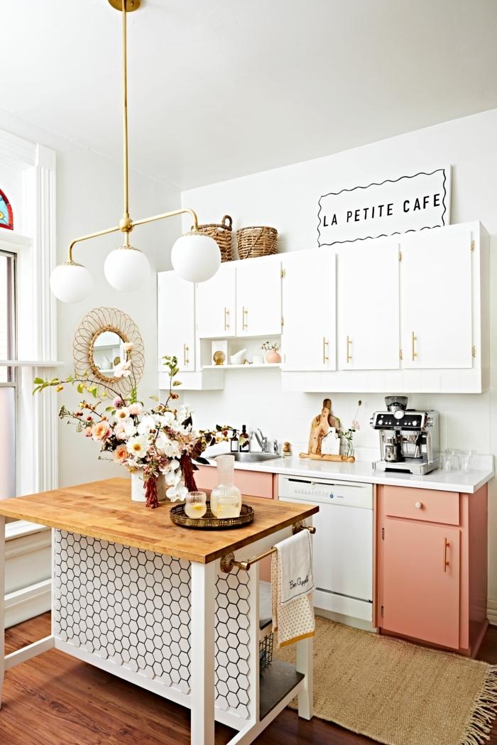 kleine Küche modern einrichten, weiße und pastellfarbene Küchenschränke, Kücheninsel Ikea mit Holztheke, Dekoration mit Blumen, beiger Teppich auf Holzboden