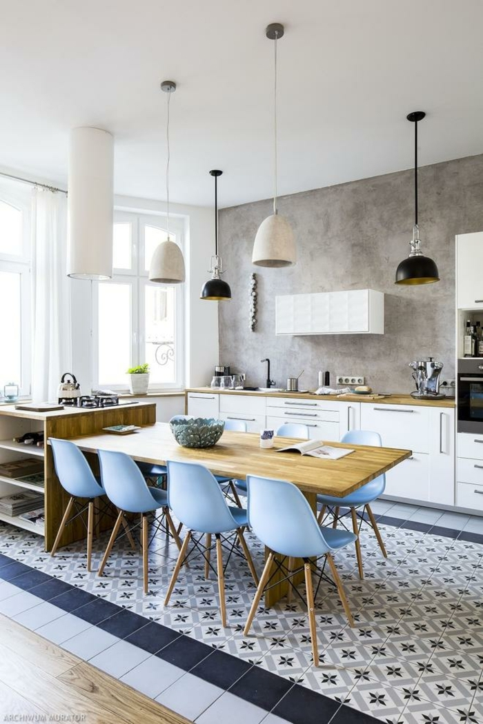 moderne Kücheninsel mit Tisch, blaue Mosaik Fliesen und himmelblaue Stühle, weiße Küchenschränke, große Küche mit Fenster