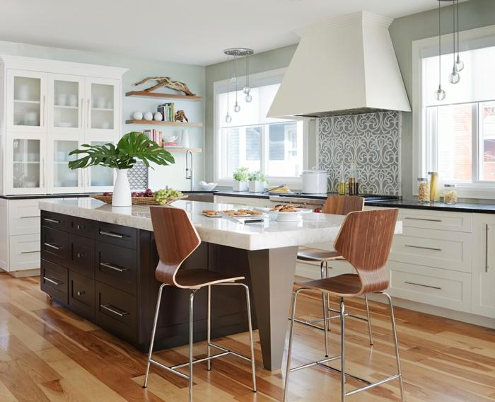 Kücheninsel mit Tisch, schwarze Insel mit Schränken, große Küche mit zwei Fenster, weiße Kommode und Küchenschränke