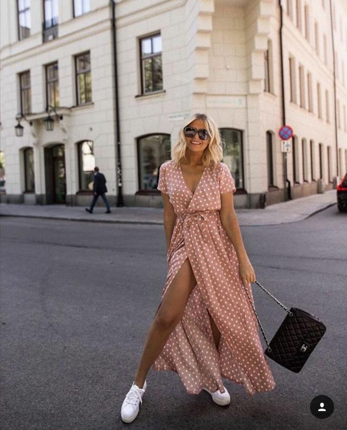 inspor street style lange sommerkleider pink mit polka dots kleine schwarze tasche weiße sneakers kurze blonde haare